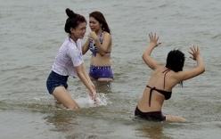 Thiếu nữ mặc bikini nô đùa ở Đồ Sơn trước giờ bão Kalmaegi đổ bộ