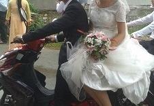 Cô dâu đội nón, đi dép lê về nhà chồng trong ngày cưới gây