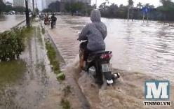"""Sau mưa bão, người dân Thủ đô tiếp tục """"lội sông"""" đi làm"""