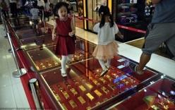 Đại gia Trung Quốc chơi trội dùng vàng thỏi xếp thành đường đi