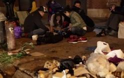 Người Trung Quốc xả rác bừa bãi tại điểm mua iPhone ở Mỹ