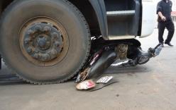 Xe máy bị cuốn vào gầm xe tải, hai người trọng thương