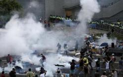 Video Cảnh sát Hồng Kông dùng đạn hơi cay dẹp loạn khiến người biểu tình phẫn nộ