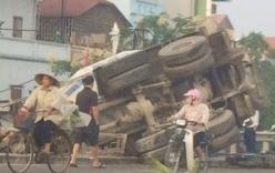 Xe bồn mất lái rúc đầu xuống đê, tài xế và phụ xe nhập viện