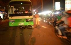 Xe buýt cuốn xe máy vào gầm, hai người bị thương nặng