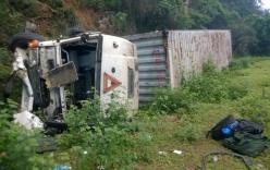 Lao vào vách núi, xe container lật nhào, 2 người bị thương nặng