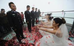 Bốn cảnh sát được bạn gái quỳ gối, cầu hôn trên độ cao nghìn mét