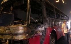 Ô tô chở 43 học sinh bốc cháy ngùn ngụt ở đường trên cao