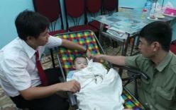 Bé trai gần 2 tuổi bị bỏ rơi trên taxi giữa đêm khuya
