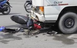 Hai thanh niên trọng thương khi đọ sức với xe tải