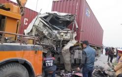 Xe container đâm trực diện xe giường nằm, 3 người bị thương