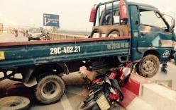 Hà Nội: Xe tải mất lái treo nửa thân trên cầu