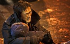 Rơi nước mắt cảnh cụ ông ôm xác vợ dưới trời lạnh 24 độ C