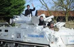 Bố lái xe tăng 17 tấn chở con đi học