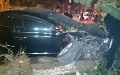 Cả gia đình kêu cứu sau khi xe ô tô đâm lên vỉa hè