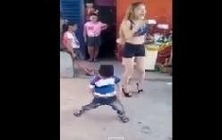 Bật cười bé trai nhảy, lắc