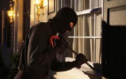 Đang lục tủ bị phát hiện, tên trộm hành hung cô gái trọng thương