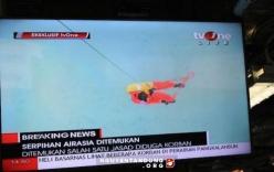 4 thi thể nạn nhân của máy bay AirAsia nắm chặt tay nhau