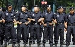 Cảnh sát đãng trí dùng súng tự bắn mình