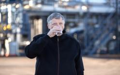 Bill Gates thản nhiên uống nước sản xuất từ phân người