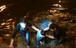 Cảnh sát nổ súng bắn chỉ thiên, khống chế thanh niên nhảy xuống sông cố thủ