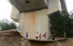 Nước lũ làm lộ cầu không móng Trung Quốc xây cho Campuchia