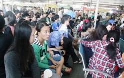 TP.HCM: Chen chân từ 2 giờ sáng để mua vé xe Tết