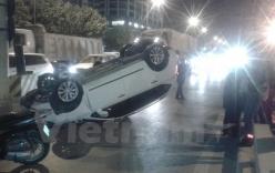 Xế hộp chở cả gia đình bất ngờ mất lái, lật ngửa xuống đường