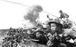 Kỳ tích về người lính lấy thân mình dẫn điện, dùng kiến đánh voi