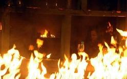 Nhốt mẹ vợ và vợ trong ki ốt rồi tưới xăng xung quanh phóng hỏa