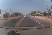 Ôtô con đánh lái ngoạn mục tránh tai nạn thảm khốc với xe máy