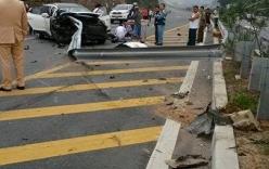 Ô tô nát bét khi đâm vào lan can đường trên cao tốc Nội Bài - Lào Cai