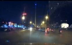 Video: Thót tim xe máy chở trẻ em vượt ẩu lao vào đuôi xe tải
