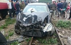 Toyota Camry gặp tai nạn vì chờ tàu hỏa quá gần