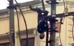 Thanh niên ngáo đá ngã cắm đầu từ trên cột điện cao thế xuống đất