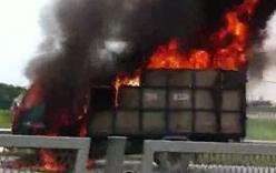 Video: Xe tải bốc cháy dữ dội trên cao tốc