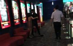 Thiếu nữ Hải Phòng khỏa thân níu kéo người yêu ở rạp chiếu phim bị