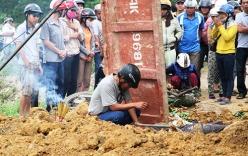 Chồng bới đất tìm xác vợ bị chôn vùi sau tai nạn ô tô