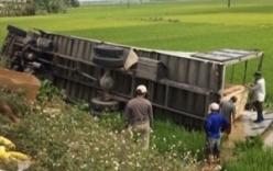 Xe tải lật xuống ruộng, người dân đập kính cứu tài xế