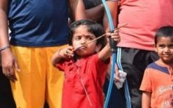 Clip thần đồng 2 tuổi bắn cung siêu cao thủ, lập kỷ lục
