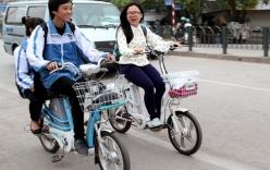 Học sinh Hà Nội phải đội mũ bảo hiểm khi đi xe đạp điện