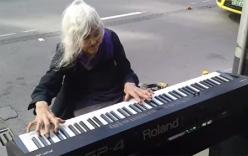 Clip: Cụ bà 80 tuổi chơi piano trên phố