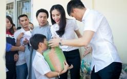 Thủy Tiên, Công Vinh mặc ton sur ton đi từ thiện