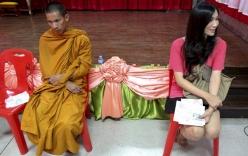 Cảnh nhà sư, người chuyển giới Thái Lan đi tuyển quân
