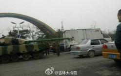 Xe tăng Trung Quốc đâm thủng xe tải của dân