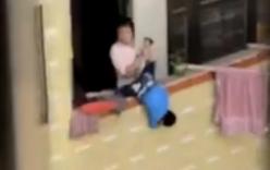 Bà mẹ dọa thả con xuống ban công gây phẫn nộ