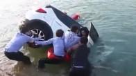 Thót tim màn cứu hộ suýt làm cô gái chìm theo ôtô