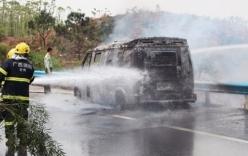 Xe chở 11 thùng tiền bốc cháy ngùn ngụt trên đường cao tốc