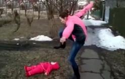 Clip: Vừa cãi nhau với chồng, vừa dọa đạp mặt con 18 tháng nằm dưới đất
