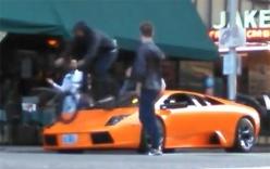Thanh niên mạo hiểm đạp xe trên nóc siêu xe Lamborghini